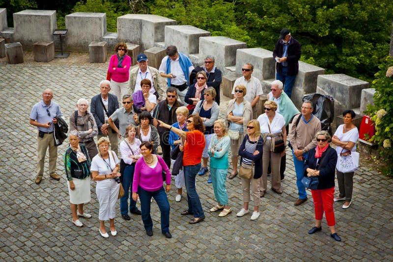 grupphandbok som lyssnar till turister arkivfoton