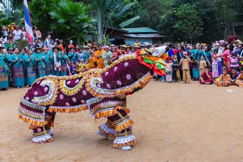 Gruppi etnici Shan o Tai Yai che vivono in zone del Myanmar e della Thailandia in abiti tribali ballano nativi a Shan per il nuov immagini stock libere da diritti