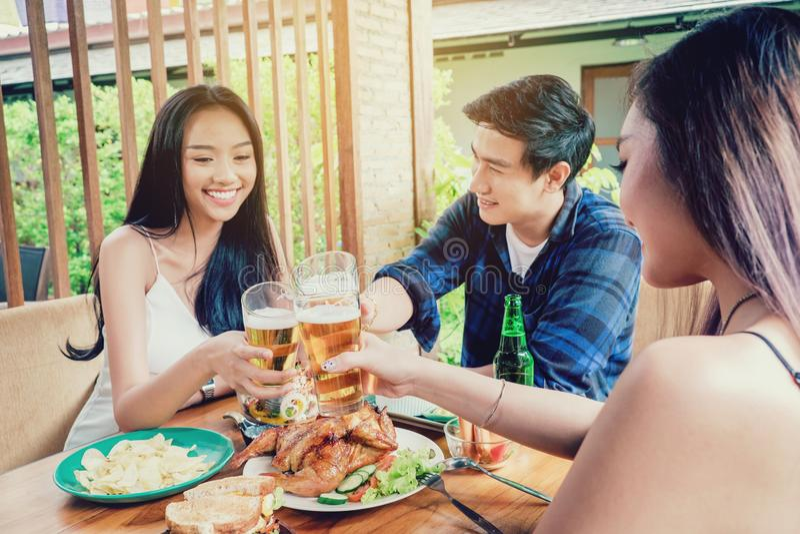 Gruppieren Sie die jungen asiatischen Leute des Freunds, welche die glücklichen Bierfestivals feiern