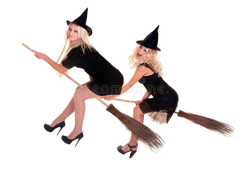 Gruppieren Sie Halloween-Hexe in der Hutfliege auf Besen. lizenzfreies stockfoto