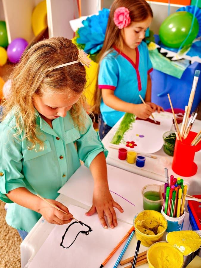 Gruppieren Sie kleines Mädchen mit Bürstenmalerei im Kindergarten lizenzfreies stockbild