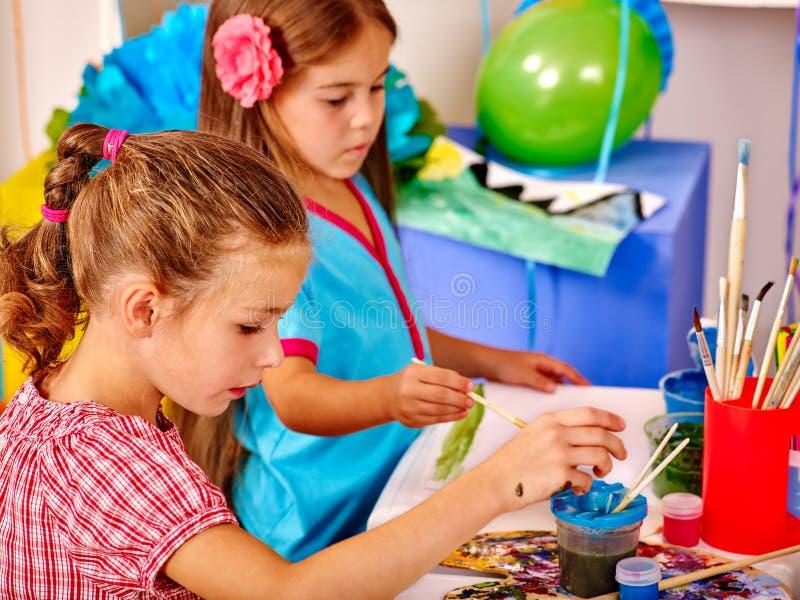 Gruppieren Sie kleines Mädchen mit Bürstenmalerei im Kindergarten lizenzfreie stockfotografie