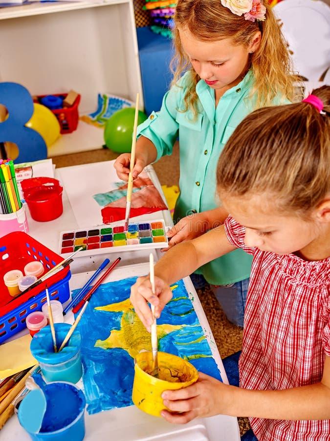 Gruppieren Sie kleines Mädchen mit Bürstenmalerei im Kindergarten lizenzfreie stockbilder