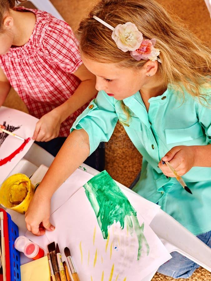 Gruppieren Sie kleines Mädchen mit Bürstenmalerei im Kindergarten lizenzfreies stockfoto