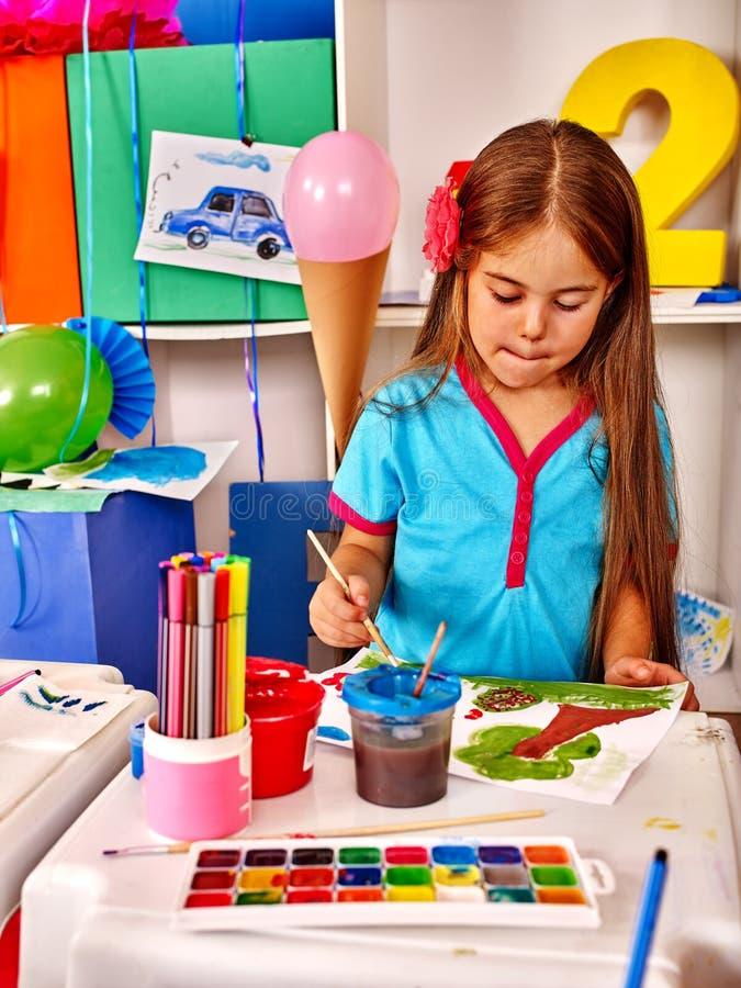 Gruppieren Sie kleines Mädchen mit Bürstenmalerei im Kindergarten stockbild