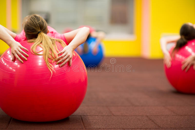 Gruppieren Sie Leute in pilates klassifizieren an der Turnhalle lizenzfreies stockbild