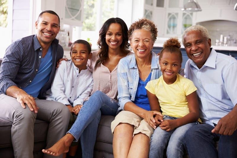 Gruppieren Sie Porträt der multi Generationsschwarzfamilie zu Hause lizenzfreie stockfotografie