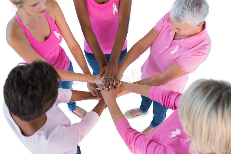 Gruppieren Sie tragendes Rosa und Bänder für Brustkrebs mit Hand-toge lizenzfreie stockbilder