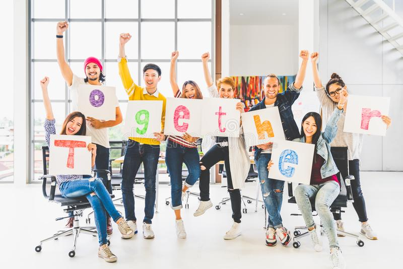 Gruppkontorscoworkeren eller det idérika folket rymmer ord tillsammans, hurrar och firar Affärsprojektpartner, samhörighetskänsla royaltyfria bilder