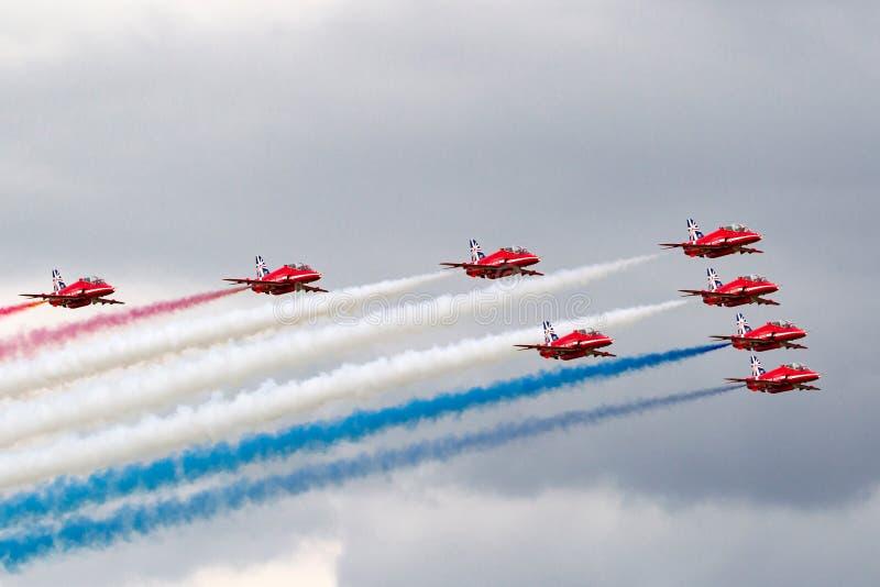 Gruppo acrobatici dell'esposizione di formazione di Royal Air Force RAF Red Arrows che pilota il falco T di spazio aereo britanni immagine stock