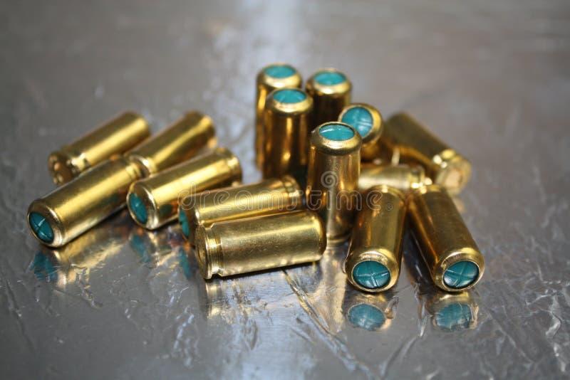 Gruppo alto vicino di munizione cieca della pallottola sullo scrittorio di superficie brillante d'argento immagine stock libera da diritti