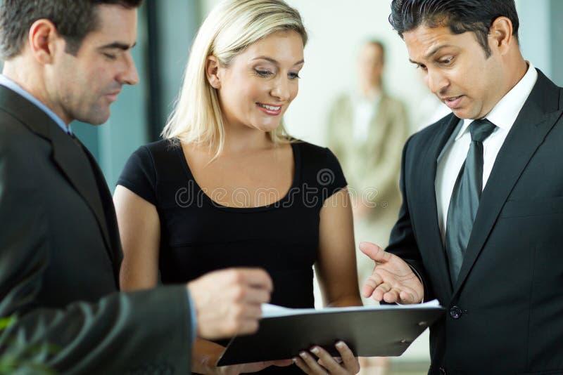 Gruppo che discute contratto fotografia stock