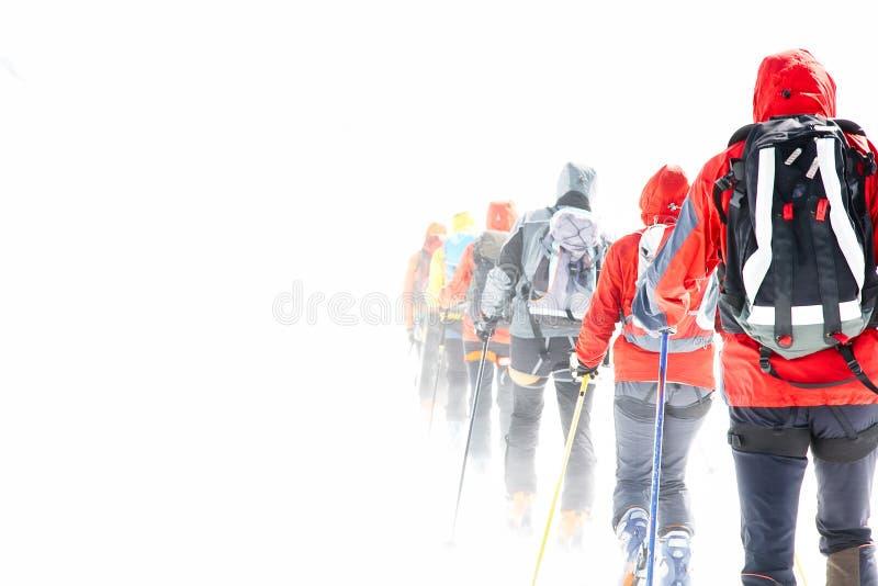 Gruppo che fa un giro degli sciatori fotografia stock