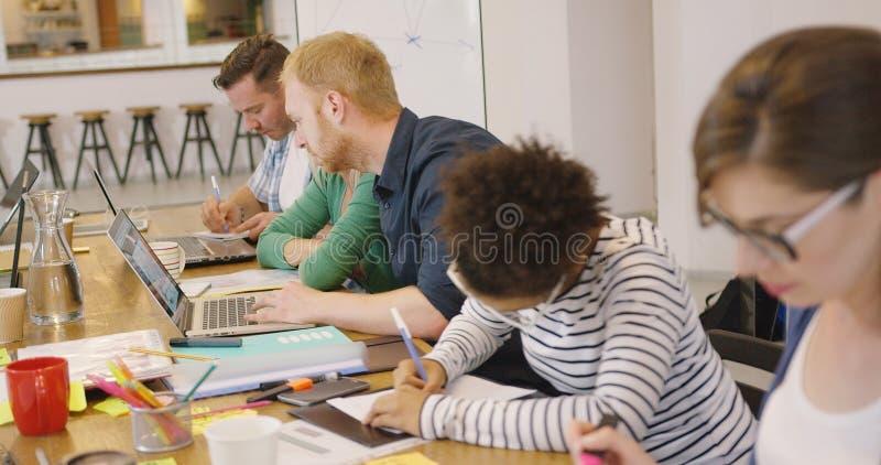 Gruppo che lavora al progetto fotografia stock