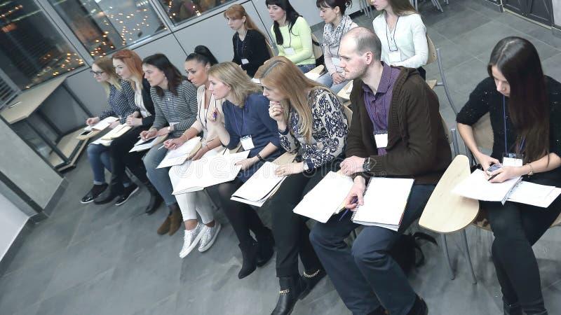 Gruppo creativo di affari che discute una nuova collezione di vestiti fotografia stock libera da diritti