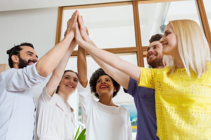 Gruppo creativo felice in ufficio immagini stock