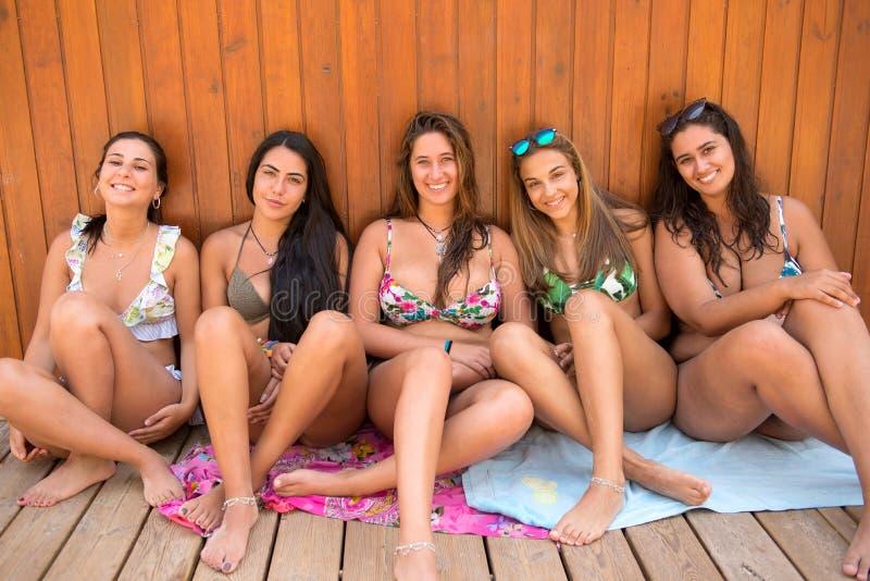 gruppo degli amici della spiaggia immagine stock