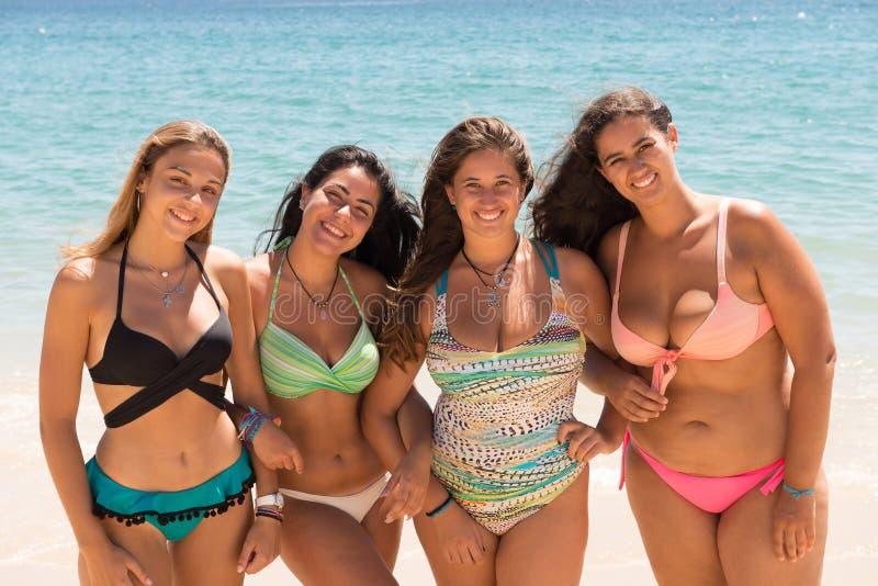 gruppo degli amici della spiaggia immagine stock libera da diritti