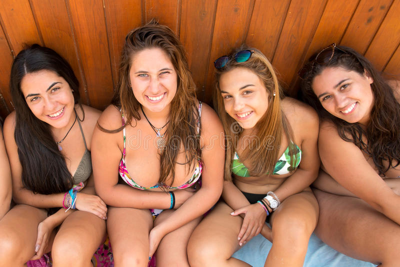gruppo degli amici della spiaggia immagini stock libere da diritti