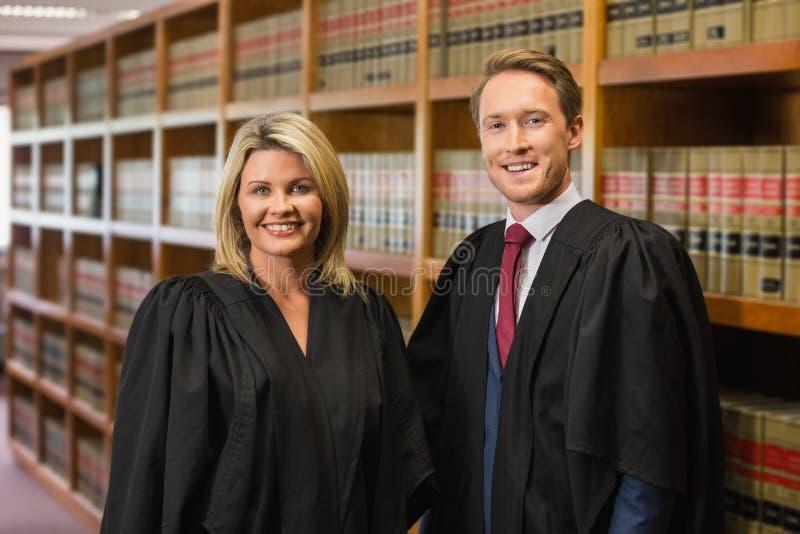 Gruppo degli avvocati nella biblioteca di legge immagini stock