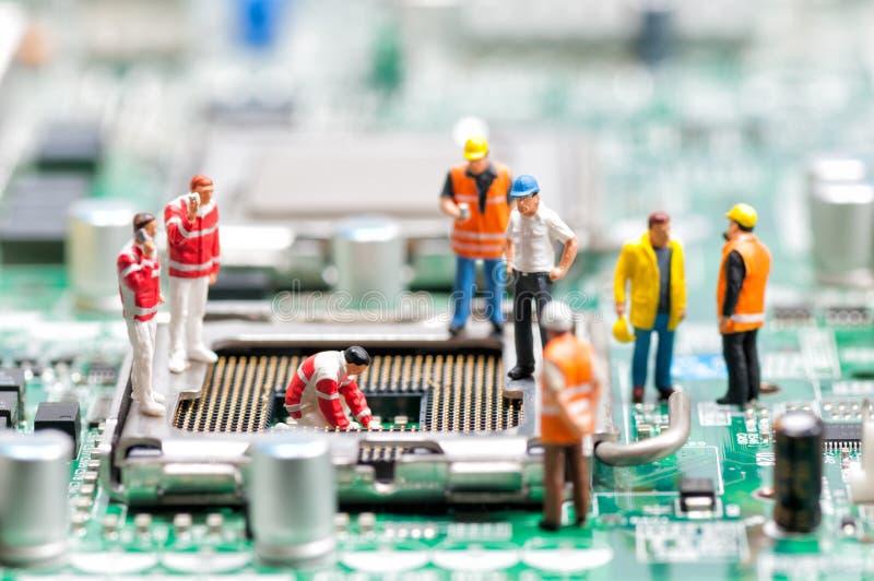Gruppo degli ingegneri che riparano il circuito fotografie stock libere da diritti