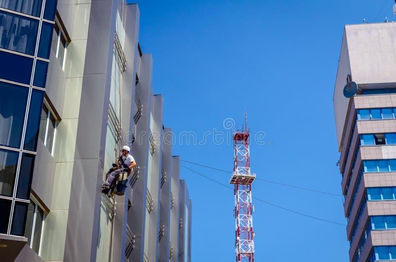 Gruppo degli scalatori industriali sul lavoro, stanno lavando la f di costruzione fotografie stock libere da diritti