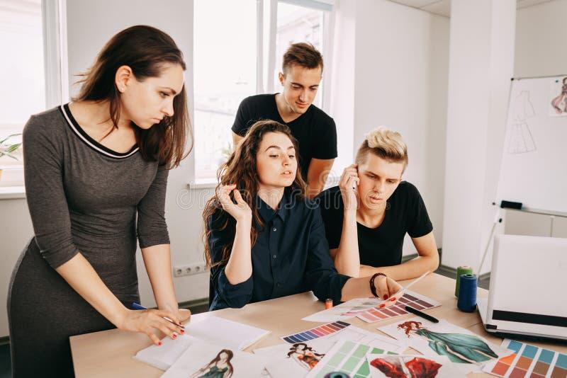Gruppo degli stilisti che crea nuova raccolta fotografia stock libera da diritti