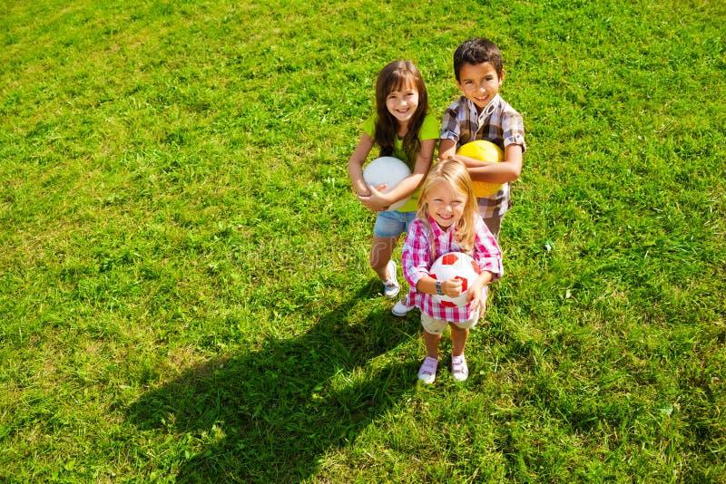 Gruppo dei bambini con le palle fotografia stock for Antifurto con le palle