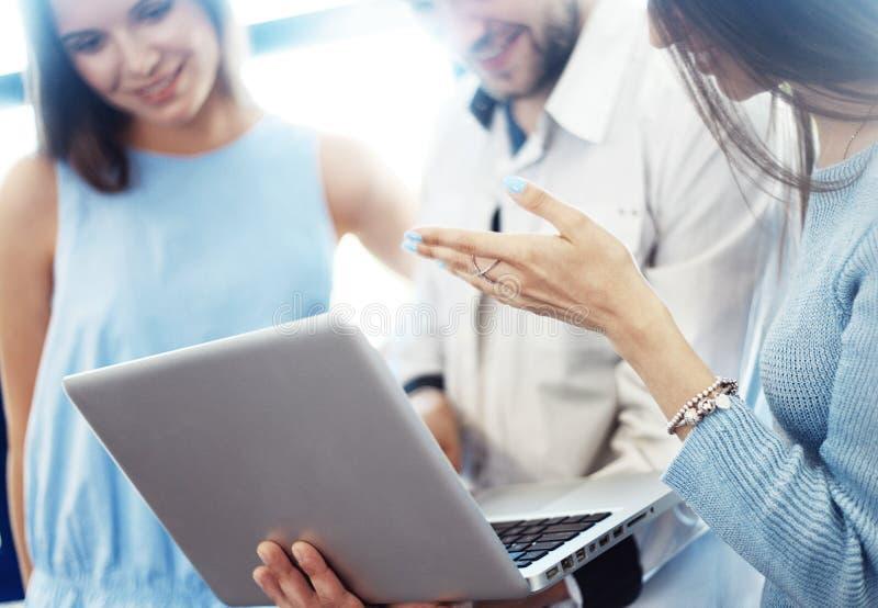 Gruppo del project manager che discute nuova idea Squadra di affari che lavora con la partenza Computer portatile, mostrante pres fotografia stock libera da diritti
