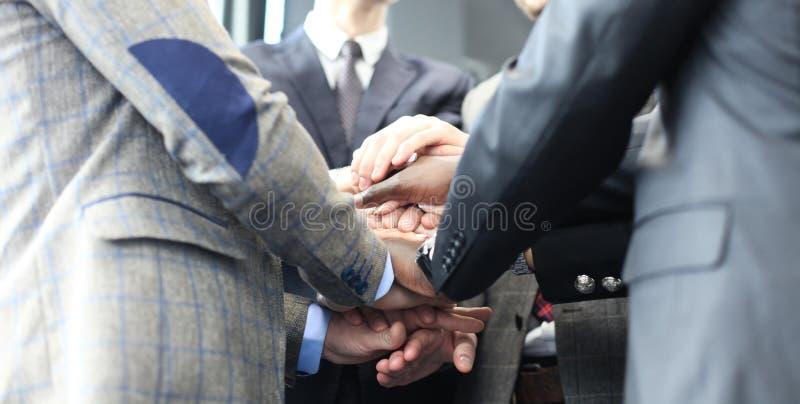 Gruppo dell'uomo d'affari in mani commoventi del vestito insieme Fuoco selettivo immagine stock libera da diritti