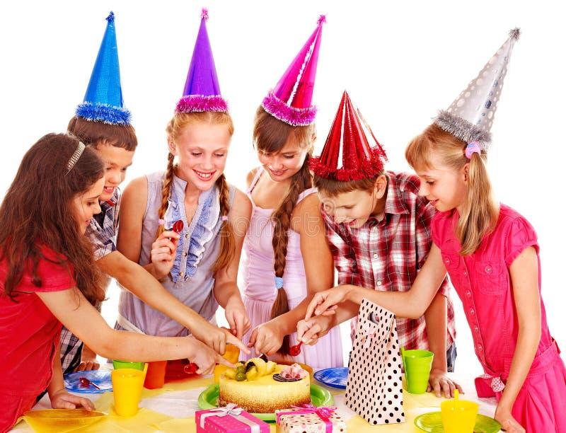 Gruppo della festa di compleanno di bambino con il dolce. immagine stock