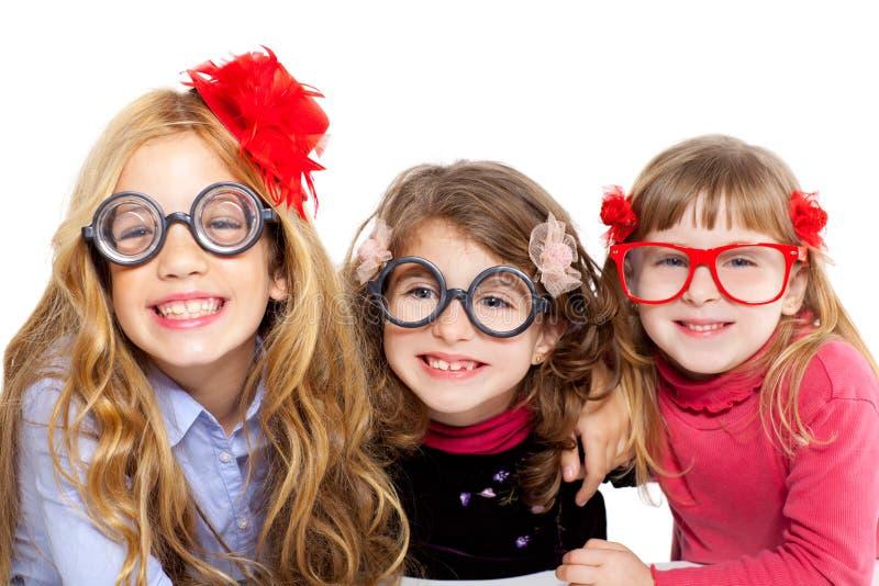 Gruppo della ragazza dei bambini della nullità con i vetri divertenti fotografie stock libere da diritti