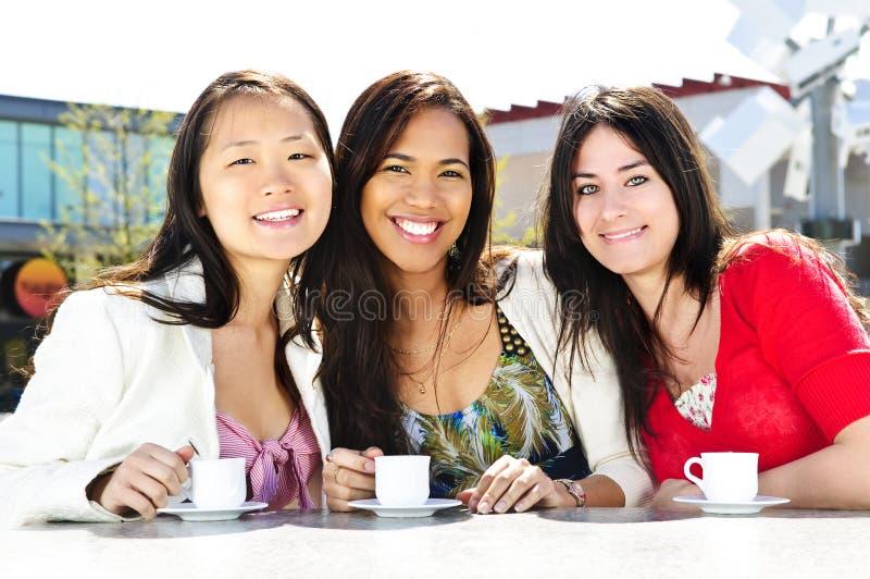 gruppo delle amiche del caffè che ha immagini stock libere da diritti