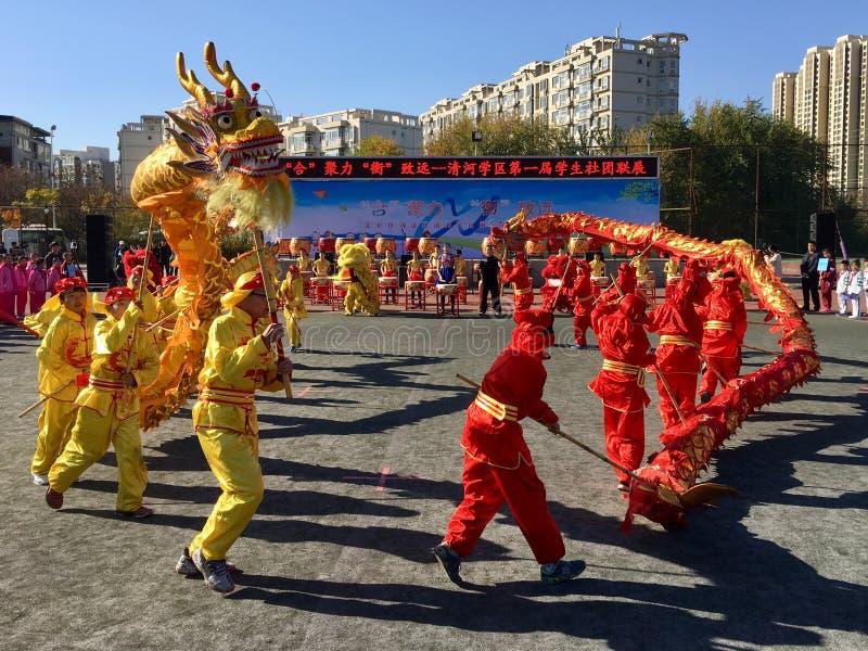 Gruppo dello studente che esegue ballo del drago fotografia stock libera da diritti