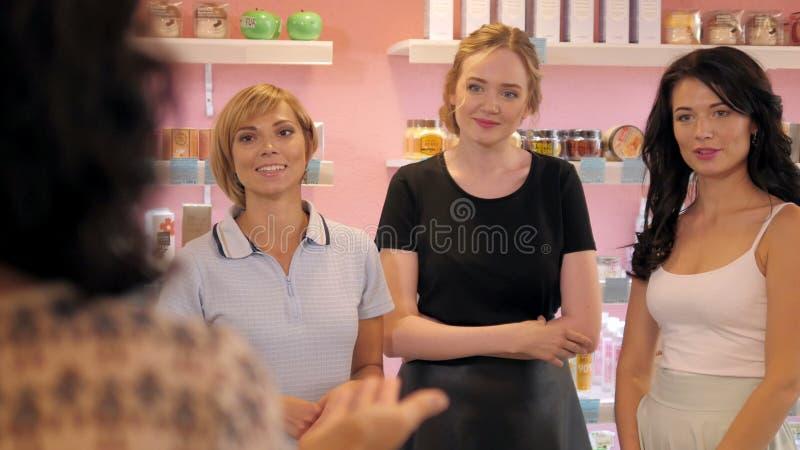 Gruppo di addestramento della donna della gente di acquisto nel negozio di bellezza immagini stock