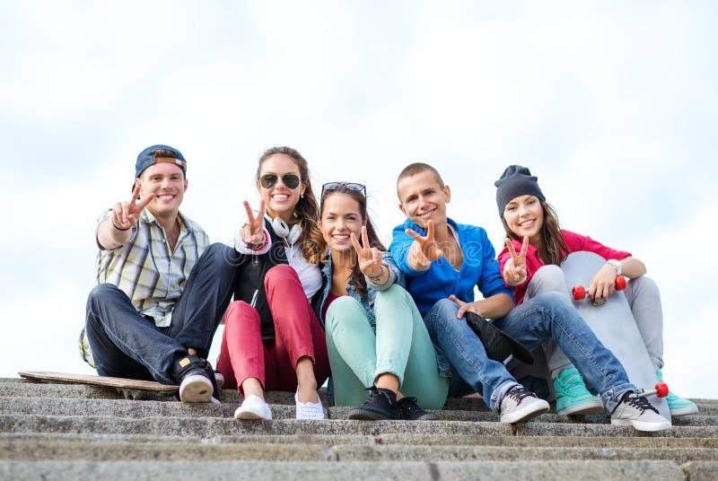 Gruppo di adolescenti che mostrano dito cinque immagini stock