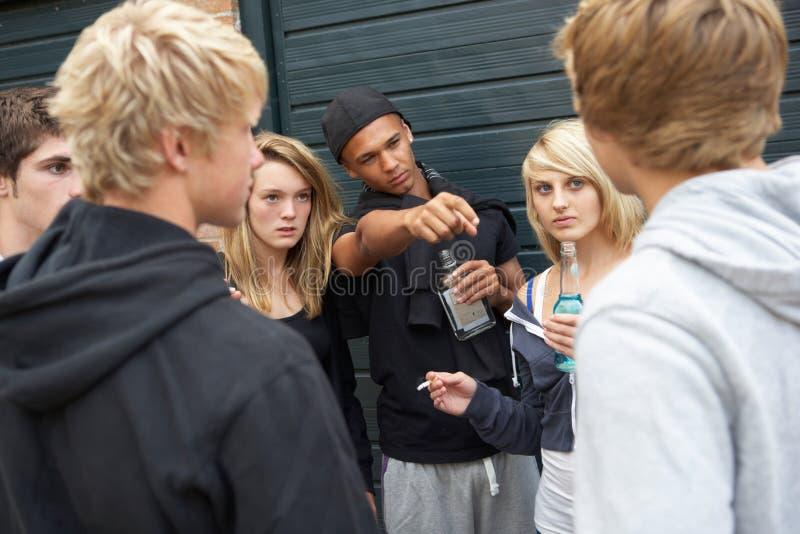 Gruppo di adolescenti minacciosi che appendono fuori fotografie stock libere da diritti
