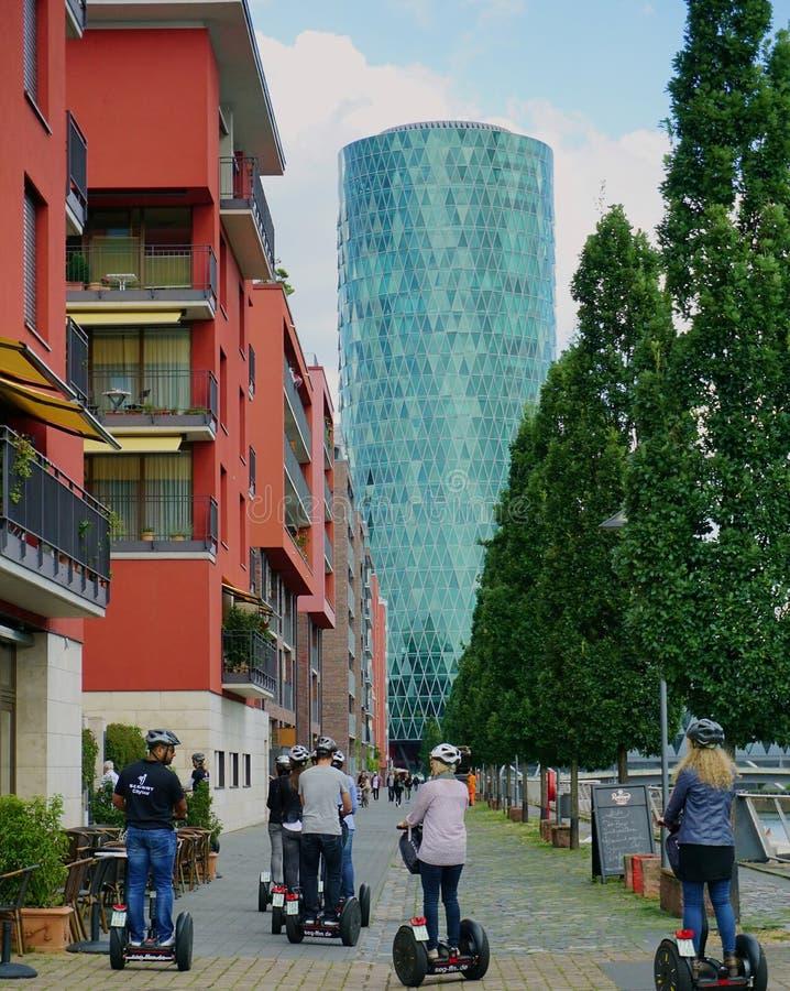 Gruppo di adulti che fanno un giro turistico su Segway a Francoforte, Germania fotografia stock