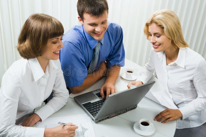 Gruppo di affari ad una riunione fotografie stock