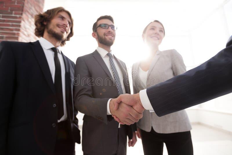 Gruppo di affari che accoglie favorevolmente i suoi investitori immagini stock