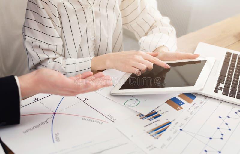 Gruppo di affari che analizza prestazione finanziaria fotografie stock libere da diritti