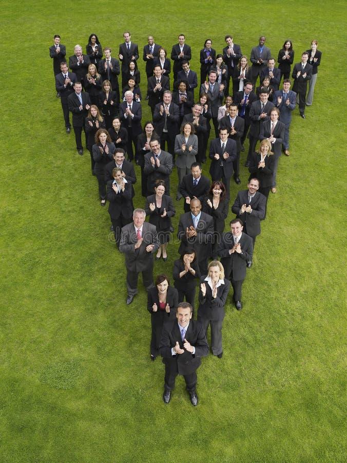 Gruppo di affari che applaude nella formazione del triangolo immagini stock