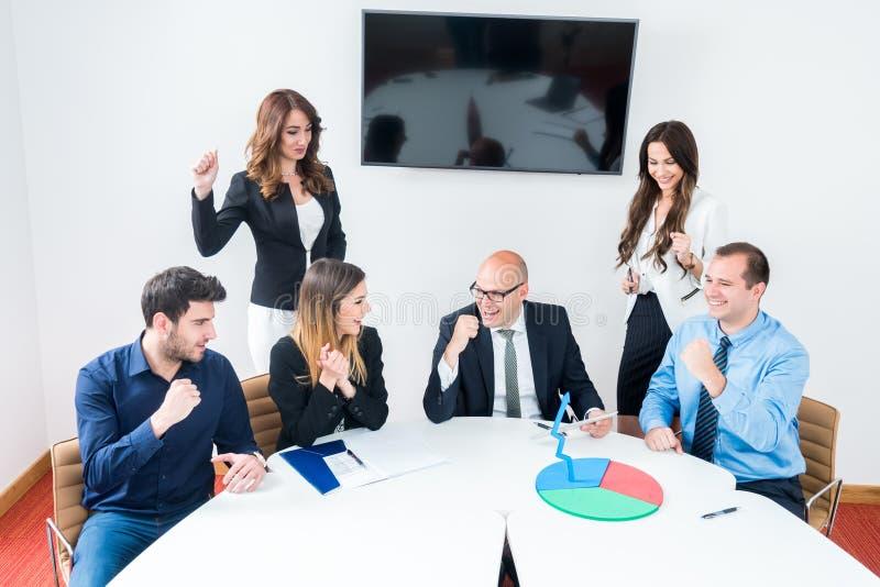 Gruppo di affari che celebra nell'ufficio immagine stock
