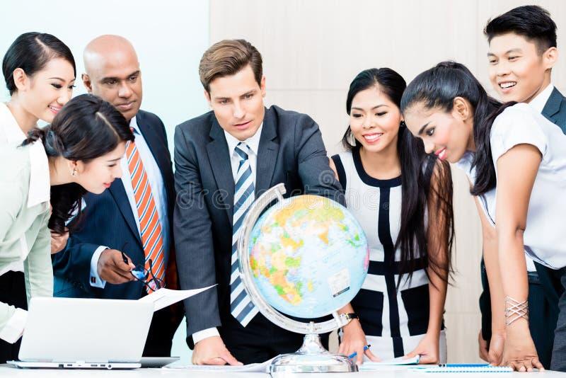 Gruppo di affari che discute intelligenza del mercato globale immagine stock