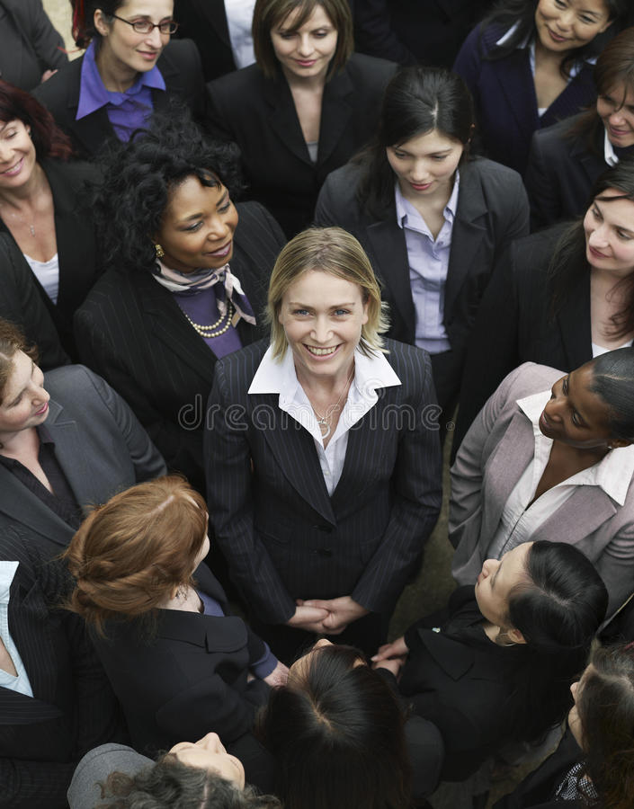 Gruppo di affari che esamina donna nel mezzo immagini stock libere da diritti