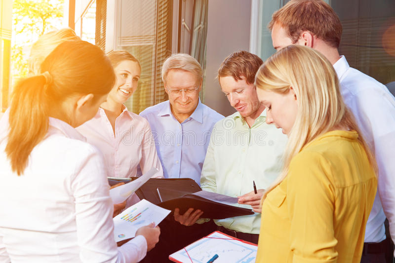 Gruppo di affari che ha riunione all'aperto fotografia stock