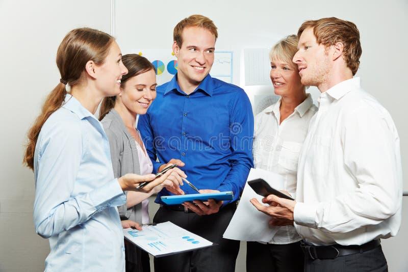 Gruppo di affari che ha riunione in ufficio fotografia stock