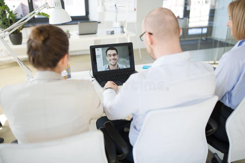 Gruppo di affari che ha videoconferenza all'ufficio fotografie stock libere da diritti