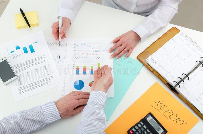 Gruppo di affari che lavora ai grafici finanziari immagini stock libere da diritti