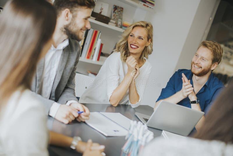 Gruppo di affari che lavora insieme nell'ufficio moderno immagine stock
